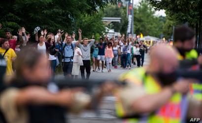 مواطنون يخرجون من المجمع التجاري في ميونيخ