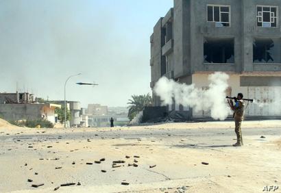 أحد مقاتلي حكومة الوفاق خلال المعارك في سرت