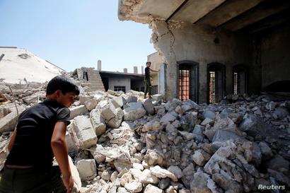 طفل فوق أنقاض منزل عائلته في الموصل
