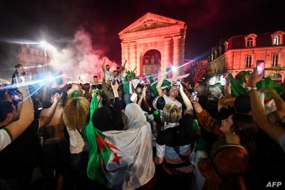 احتفالات الجالية الجزائرية في فرنسا بفوز منتخب بلادهم بكأس الأمم الأفريقية (بالقرب من قوس النصر)