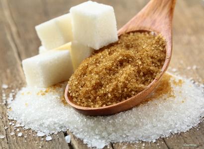 السكر باللونين البني والأبيض