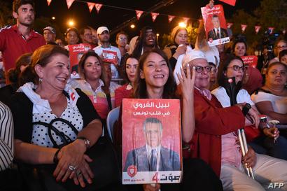 سلمى السماوي في أحد التجمعات خلال الحلة الانتخابية لصالح زوجها نبيل القروي