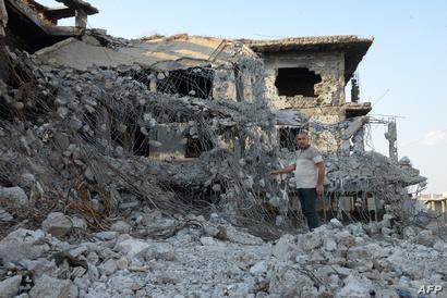 رجل يقف وسط بقايا مبنى في مدينة الموصل في 27 أكتوبر 2019