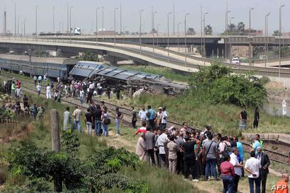 مواطنون يتجمعون حول عربات القطار للمساعدة في انقاذ الركاب