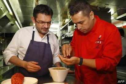 مطاعم باريسية تفتح مطابخها أمام سبعة طهاة لاجئين