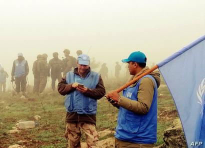 """جنود من الـ""""يونيفيل"""" والجيش الإسرائيلي عند الحدود مع لبنان خلال عملية تحقق من وجود أنفاق لـ""""حزب الله"""""""