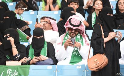 سعوديات وسعوديون في الملعب