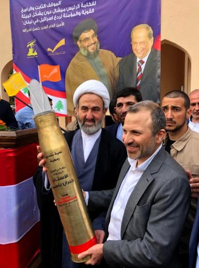 """باسيل متلقيا هدية """"حزب الله"""" (وسائل التواصل الاجتماعي)"""
