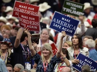"""مشاركون في المؤتمر يرفعون شعار """" أجعل أميركا آمنة من جديد"""""""