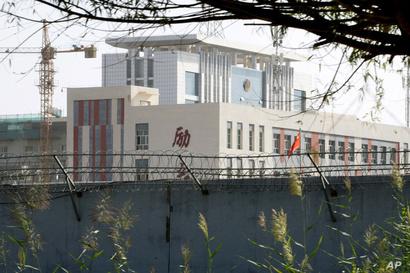 سور يحيط بمجموعة من المدارس في إقليم شينجيانغ