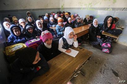 طالبات من الموصل في غرفة صفية تعاني من ظروف سيئة