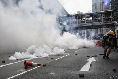 الشرطة تطلق المياه والغاز ناحية المتظاهرين في تسوين وان في هونغ كونغ