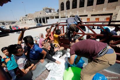 أهالي الموصل يسارعون للحصول على حصصهم من الطعام