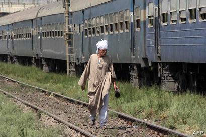 مواطن يسير بجانب القطار الذي تعرض للحادث