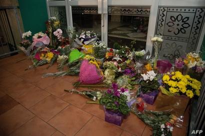 باقات الأزهار عند مدخل مسجد ولينغتون الذي استهدفه أحد الهجومين في نيوزيلندا