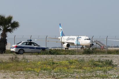 الشرطة القبرصية تحرس الطائرة المخطوفة