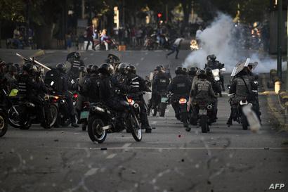 جانب من اشتباكات بين الشرطة ومتظاهرين ضد نظام مادورو في فنزويلا