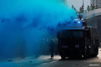 الشرطة تستخدم مدافع المياه لتفريق المحتجين في هونغ كونغ