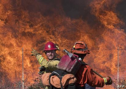 رجال إطفاء يكافحون حريق سيمي فالي في كاليفورنيا