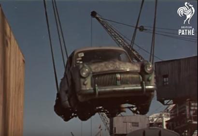 تفريغ حمولة من السيارات في ميناء البصرة
