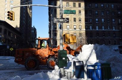 جانب من عملية إزالة الثلوج في مدينة نيويورك