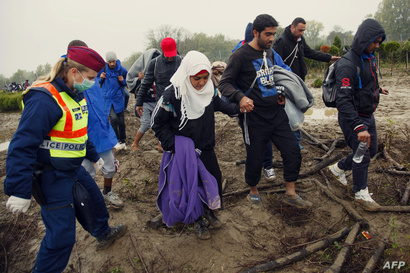 لاجئون في محاولة لعبور الحدود الهنغارية