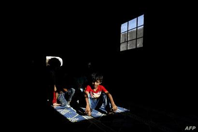 أفراد من عائلة أبو غانم داخل منزل مهجور في حي السباهية