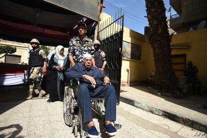 مسن شارك في عملية التصويت