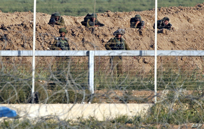 جنود إسرائيليون عند السياج الحدودي مع قطاع غزة