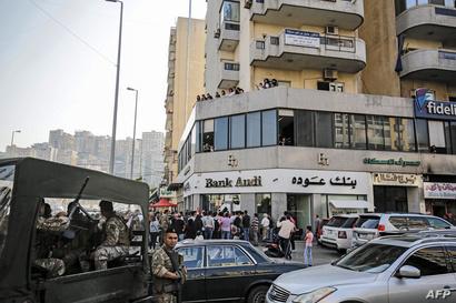 انتشرت عناصر من الجيش أمام المصارف في لبنان لمنع المحتجين من إغلاق المؤسسات- 6 نوفمبر 2019