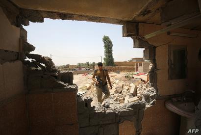 أحد عناصر القوات العراقية في قرية الشهابي شرق الفلوجة
