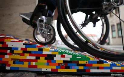 من الليغو، صنعت هذه العجوز طريقا لذوي الإعاقة