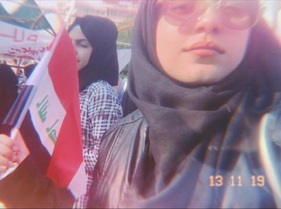 الناشطة العراقية فاطمة سليمان خلال مشاركتها في احتجاجات مناهضة للحكومة العراقية في بغداد