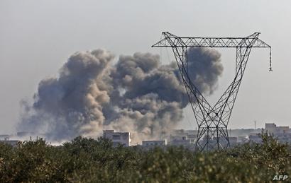 سحب سوداء تغطي مناطق في إدلب بسبب الضربات الصاروخية من قبل قوات النظام المدعوم من روسيا
