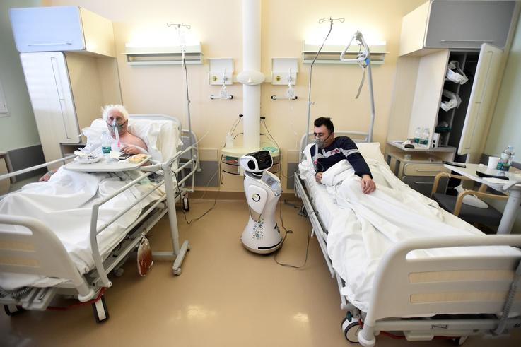 الروبوتات تساعد في علاج مرضى كورونا
