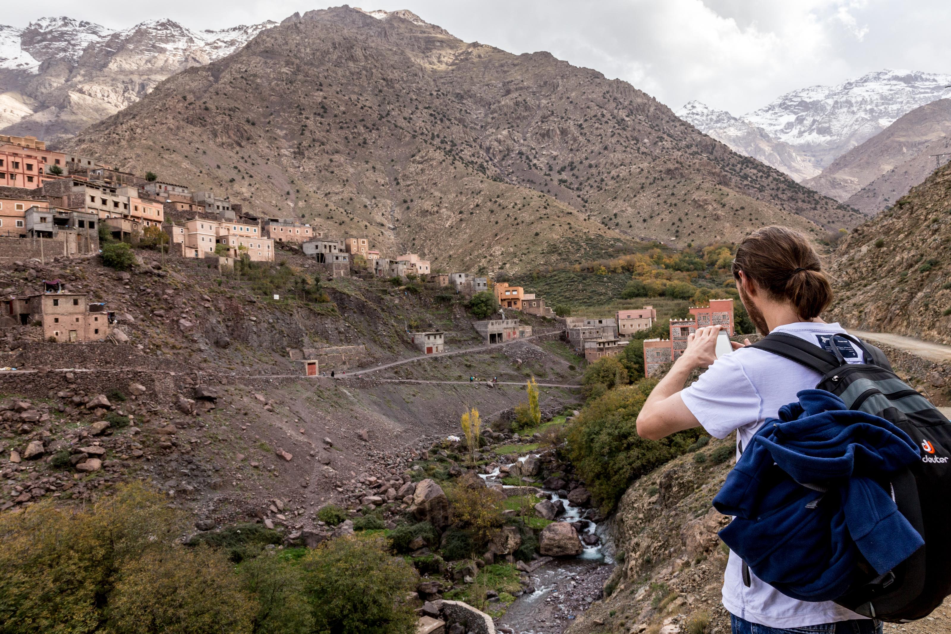 سائح أجنبي قرب جبل توبقال بالمغرب (أرشيف)