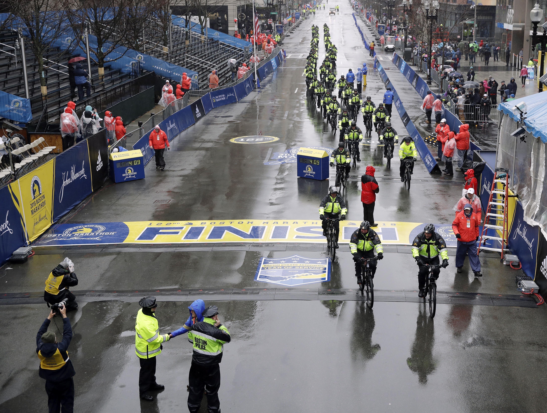 عناصر في الشرطة عند خط النهاية