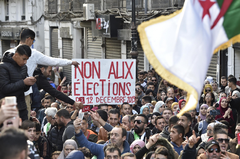جزائريون خرجوا اليوم للاحتجاج ضد الرئاسيات