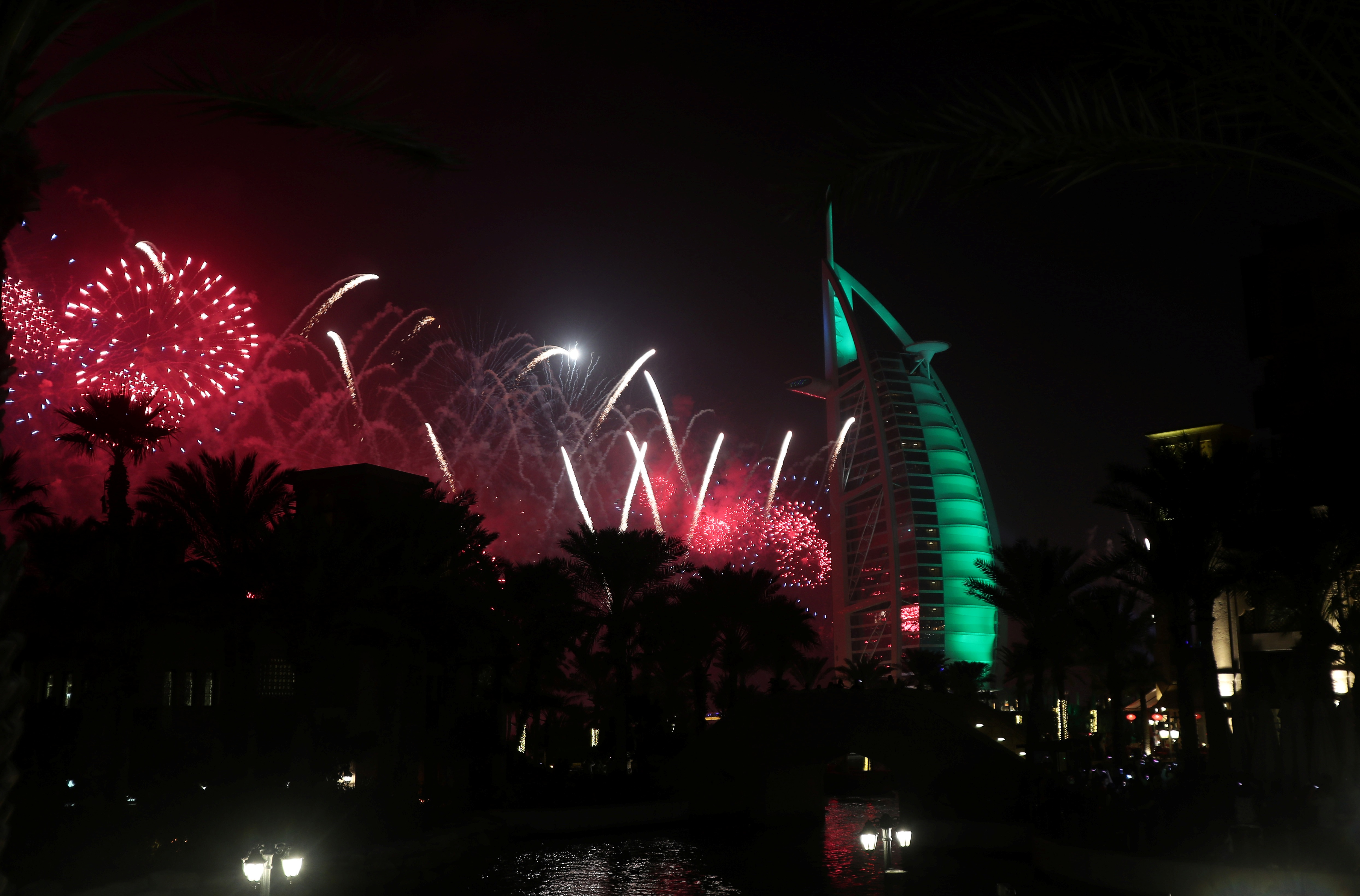 الألعاب النارية فوق فندق برج العرب في دبي