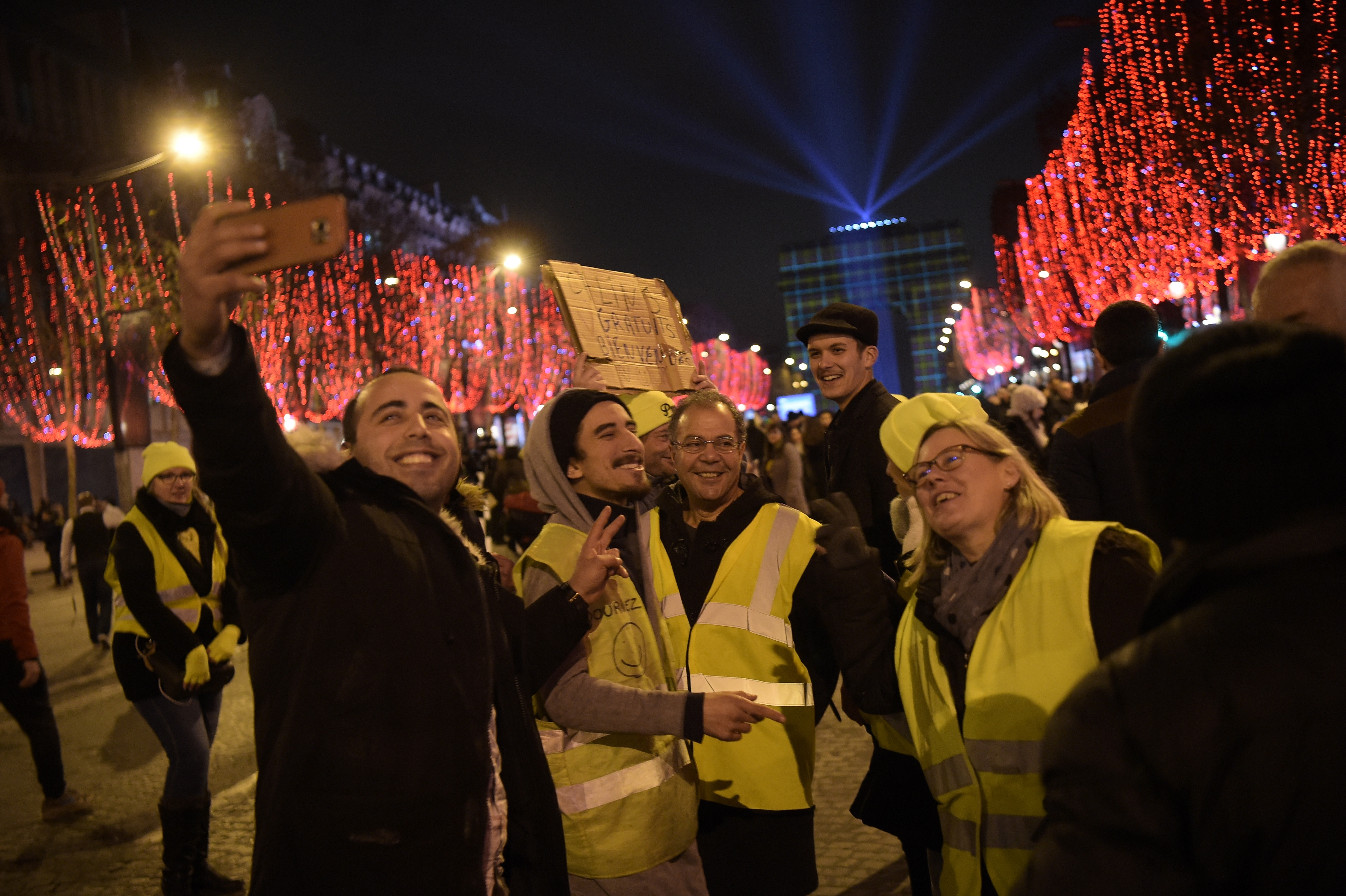 """محتجو """"السترات الصفراء"""" في باريس"""