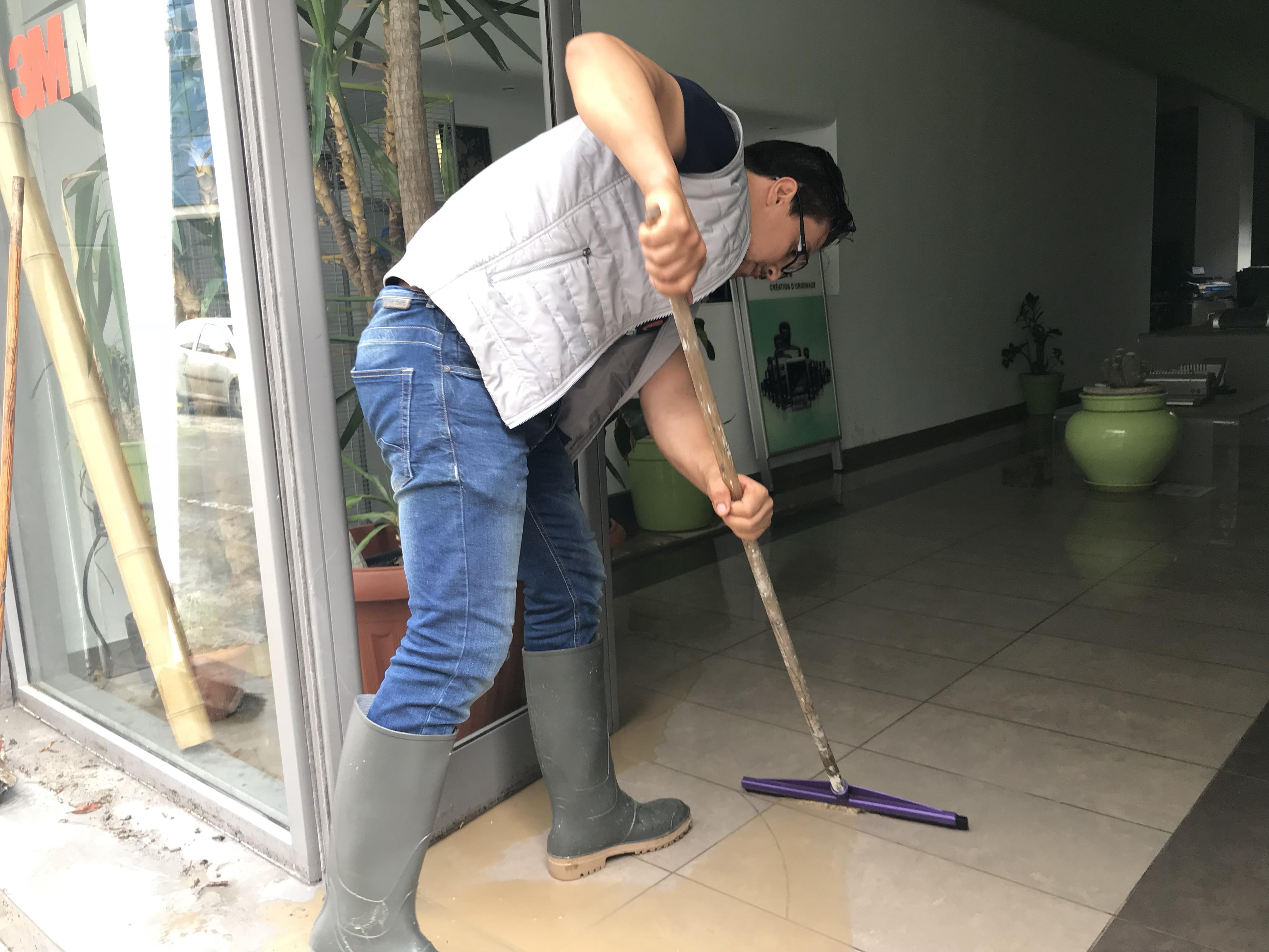 عامل بصدد تنظيف مقر شركته