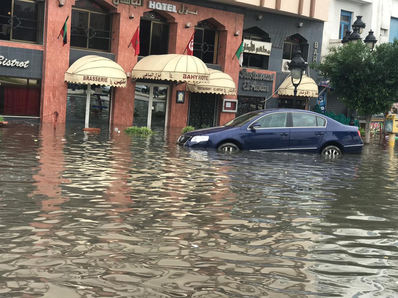 آثار اجتياح مياه الأمطار لشوارع بالعاصمة التونسية