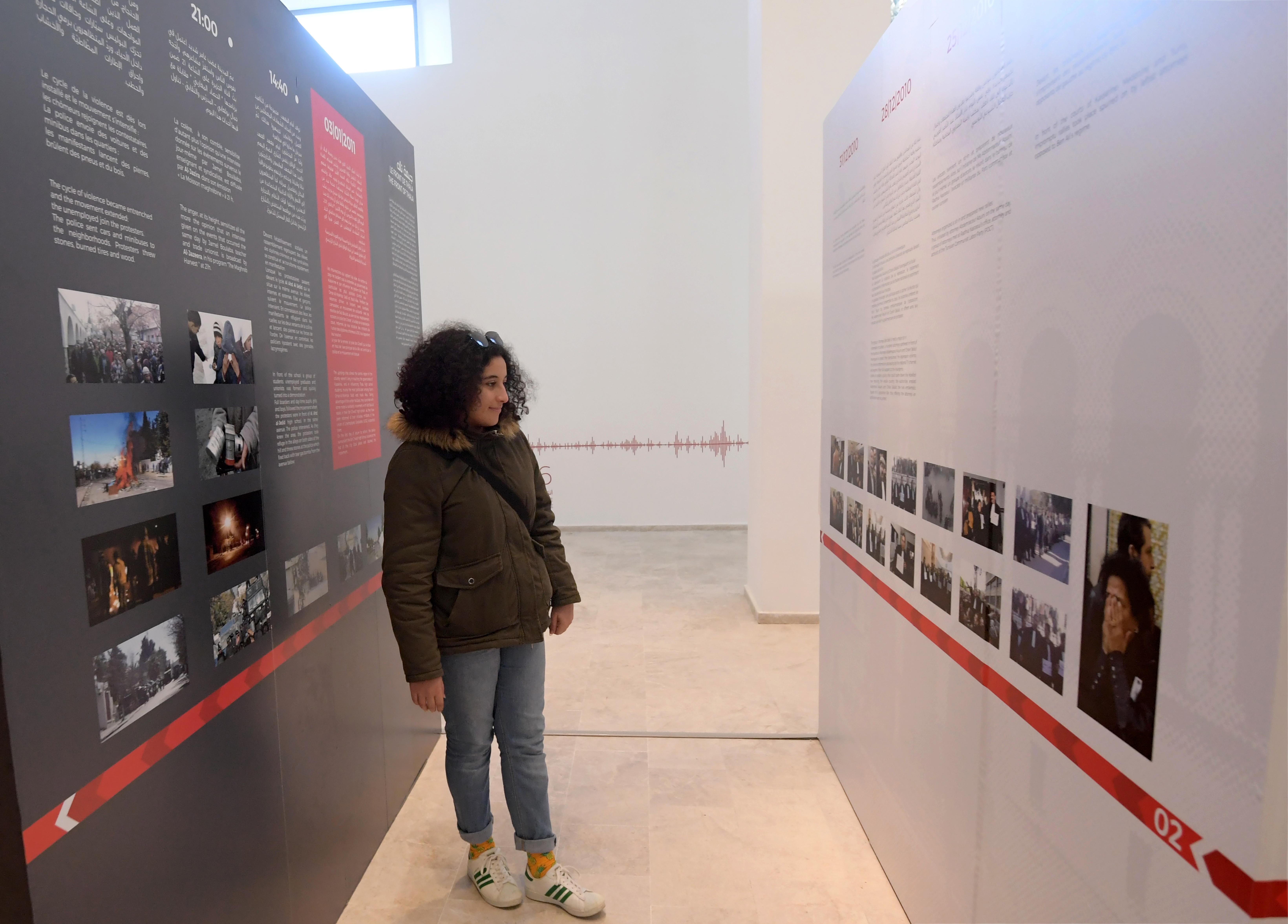 """سيدة تزور معرض """"ثورة 2011"""" بمتحف باردو"""