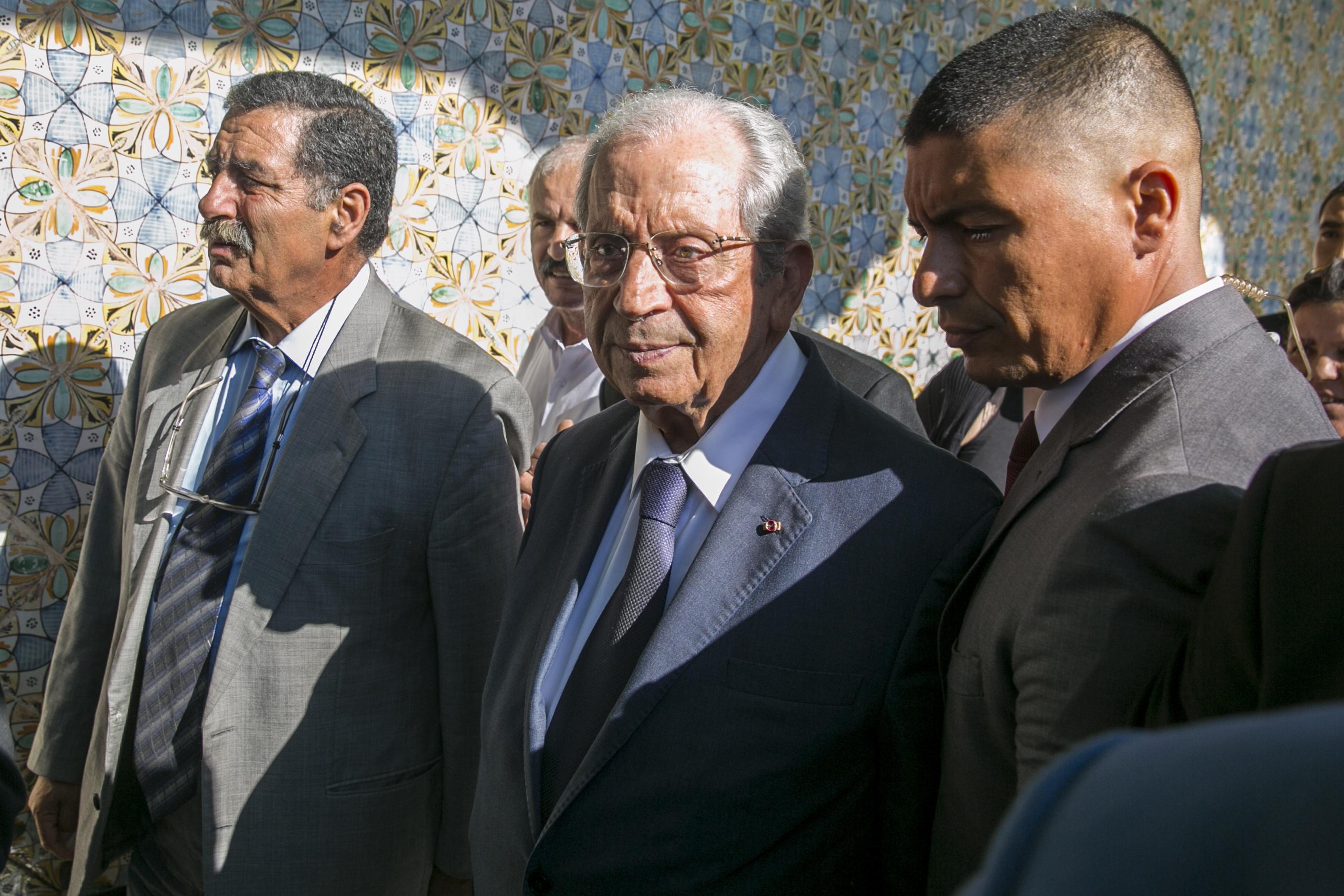 محمد الناصر (وسط)
