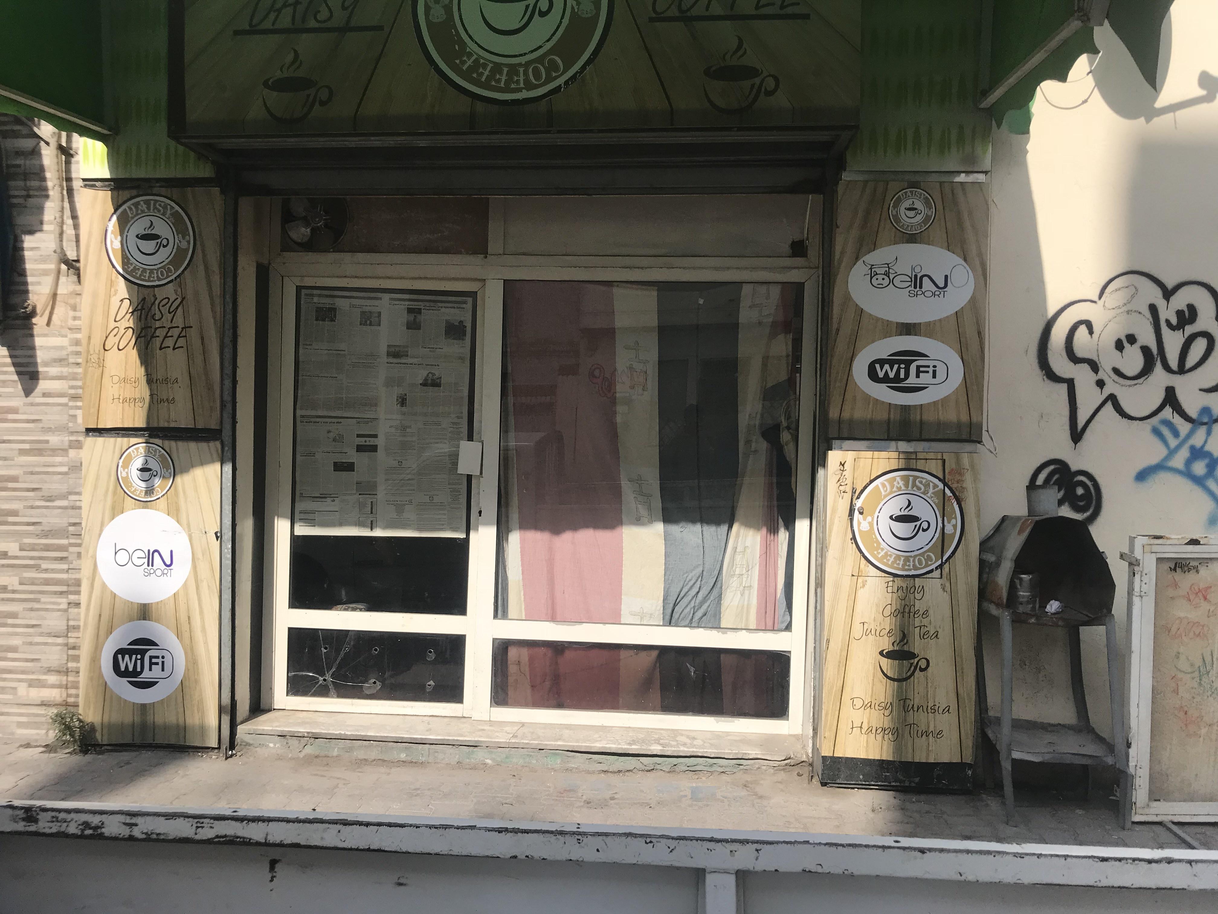 واجهة مقهى مغلّفة حتى لا يظهر ما يجري في الداخل