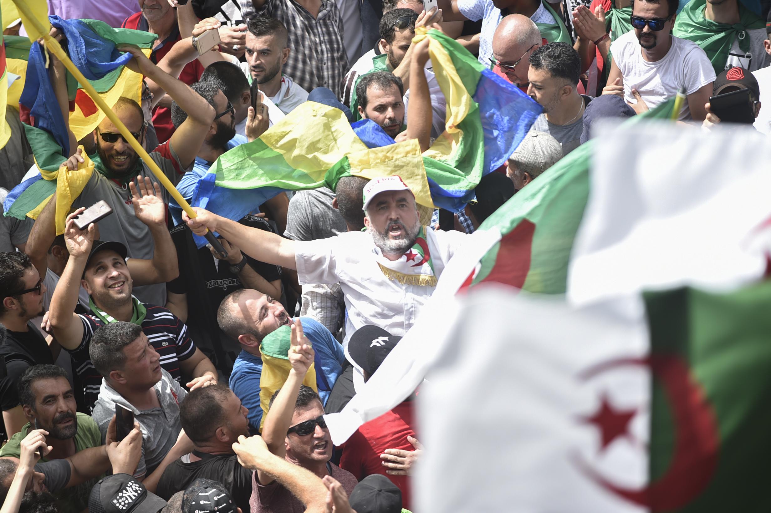 متظاهرون يرفعون الراية الأمازيغية في مظاهرات الجزائر