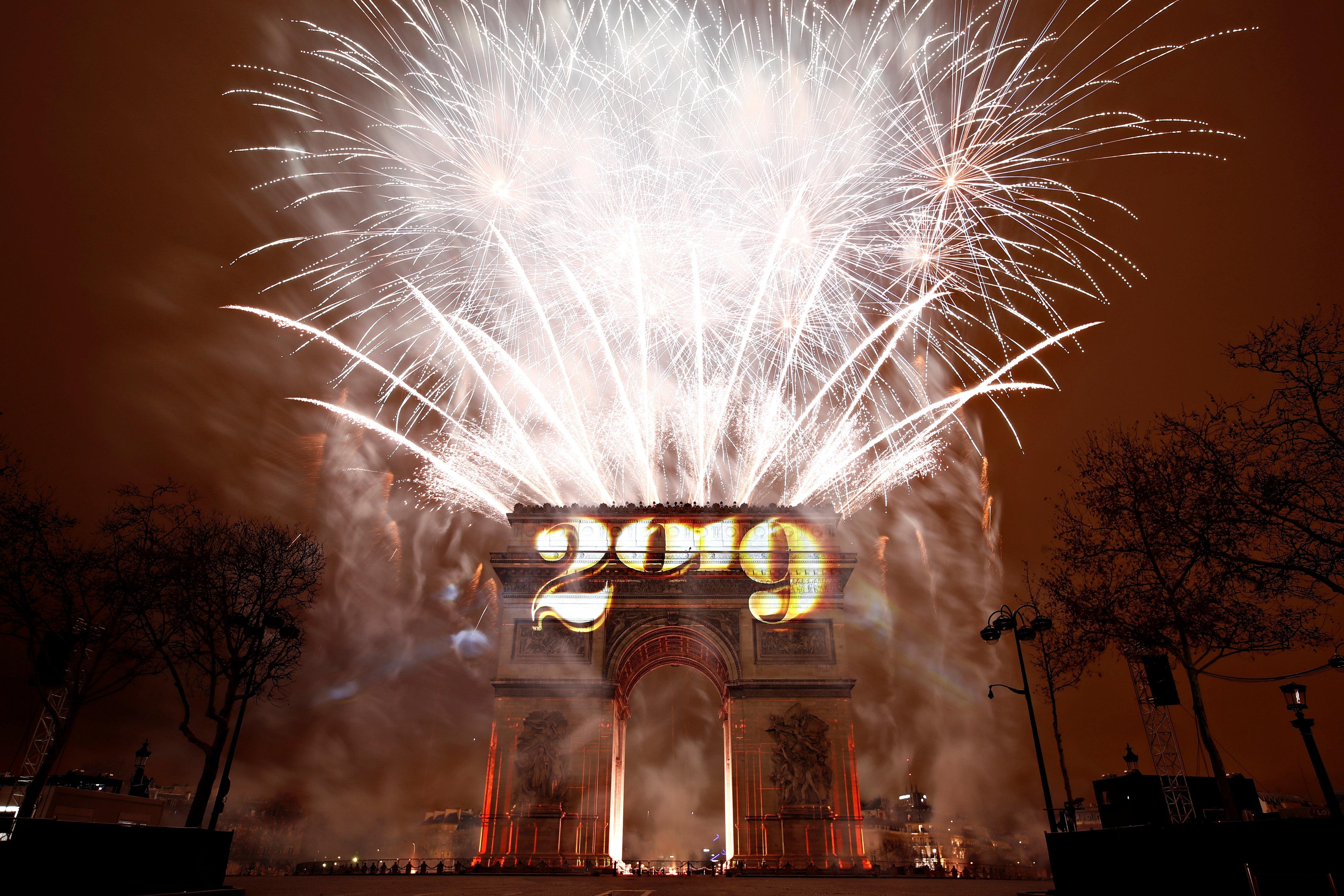 احتفالات عند قوس النصر في باريس برأس السنة الميلادية الجديدة