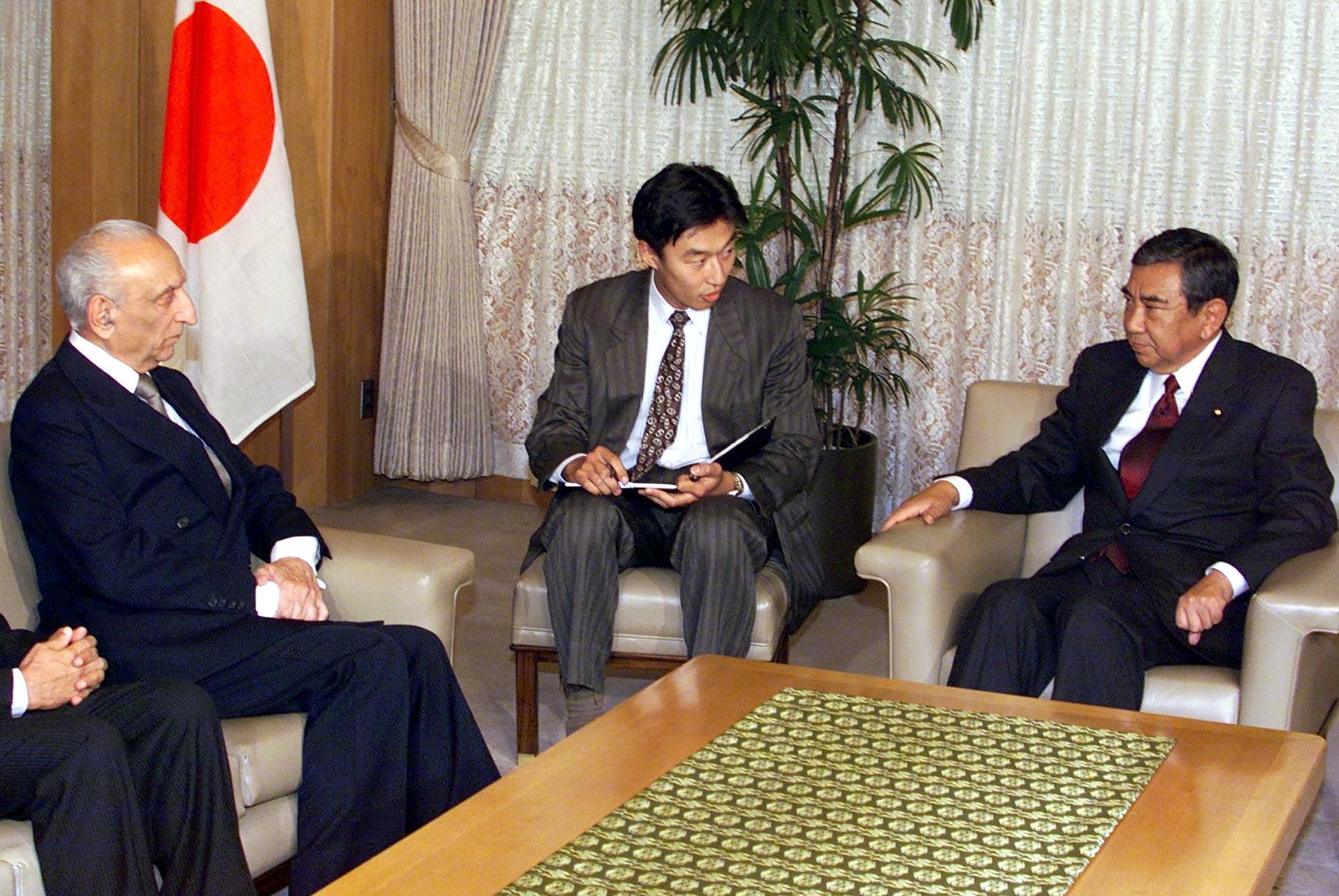 صاحبزاده يعقوب خان (يسارا) في اجتماع رسمي باليابان (1999)