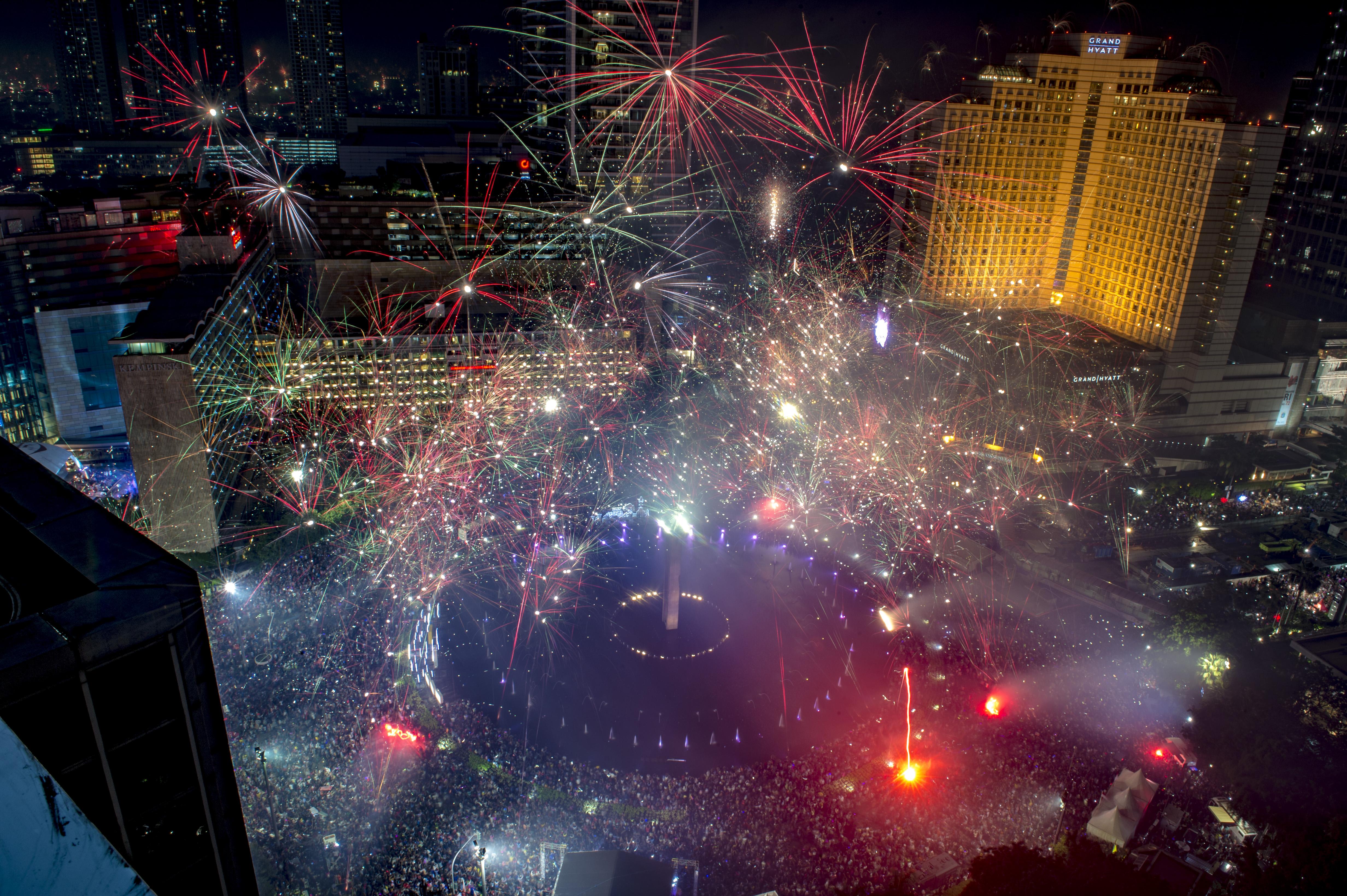 أضاءت الألعاب النارية سماء العاصمة الإندونيسية جاكرتا