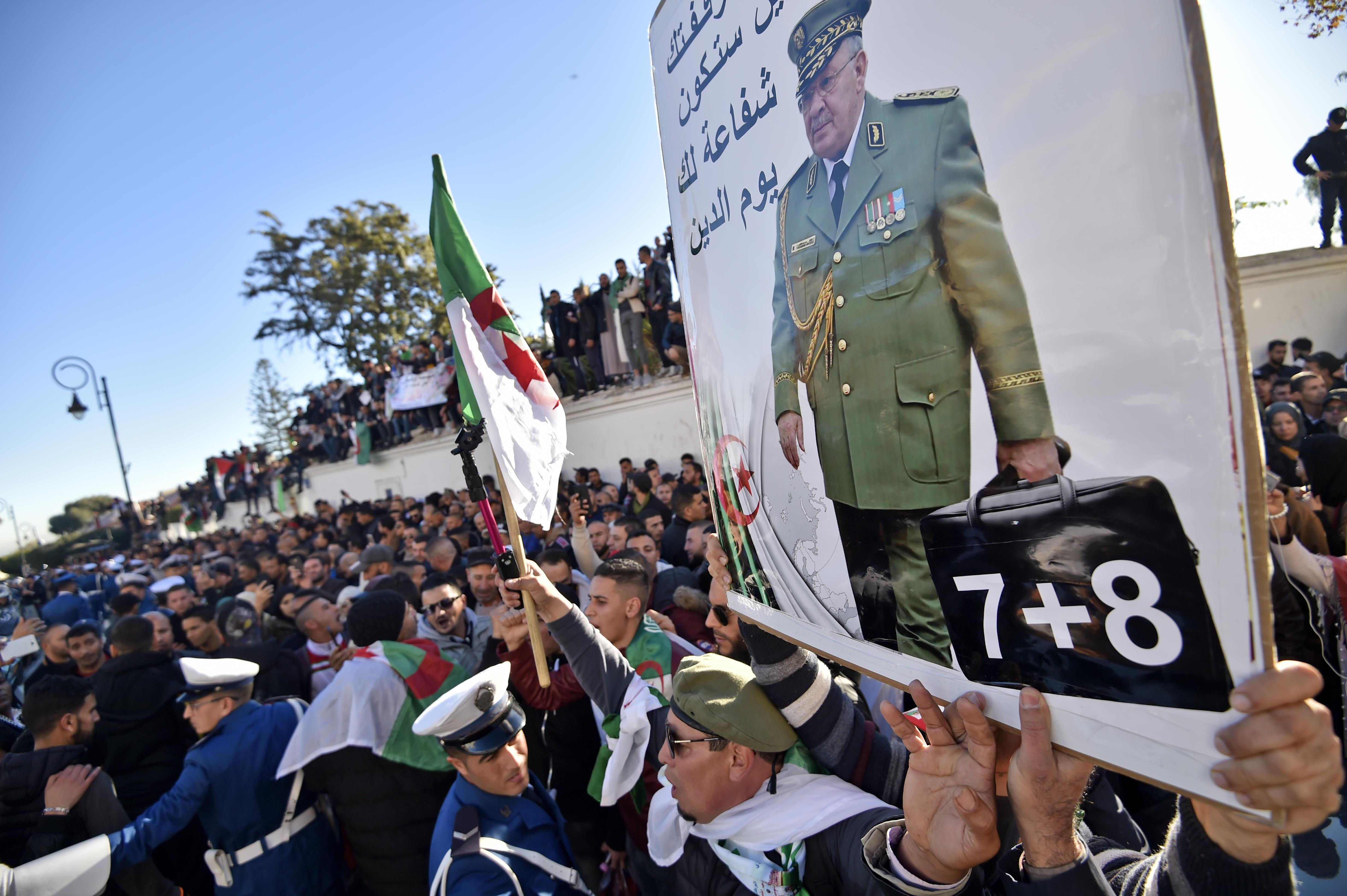 جزائريون في تشييع جنازة قايد صالح